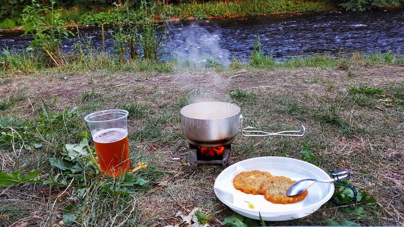 Jantar em um local de acampamento imagem de stock