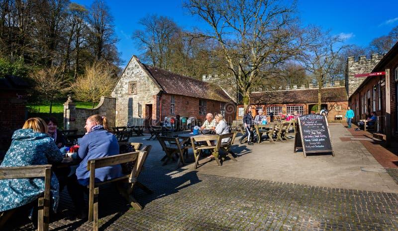 Jantar exterior no pátio fora de Stourhead em Stourton, Wiltshire, Reino Unido imagem de stock