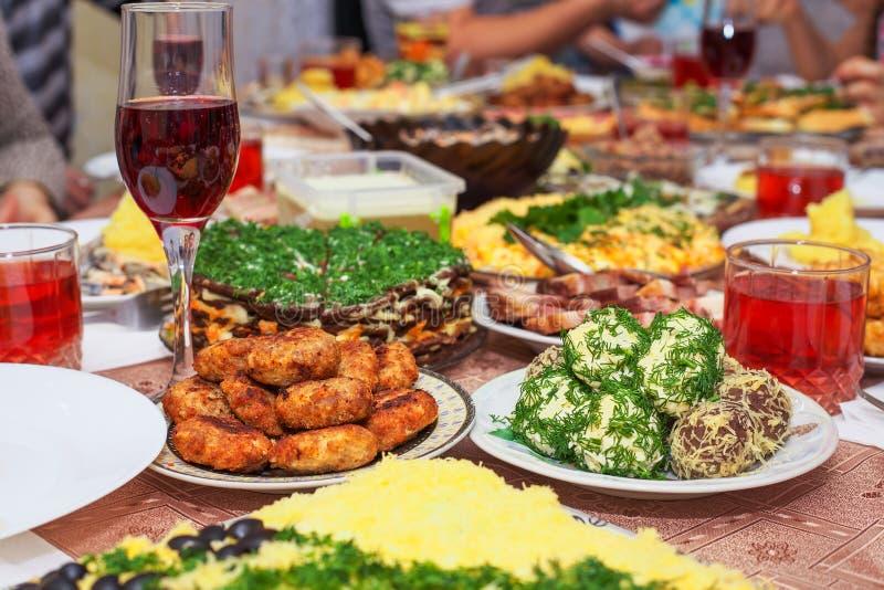 Jantar festivo em casa, dia de Natal fotografia de stock royalty free