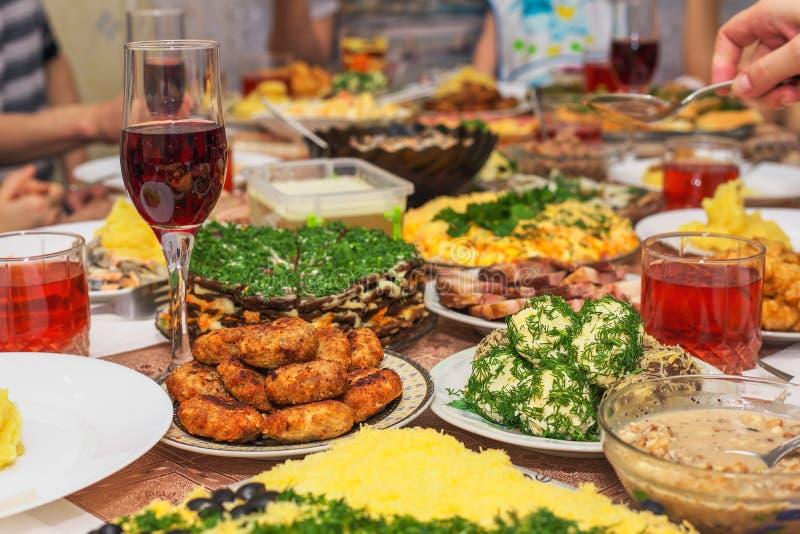 Jantar festivo em casa, dia de Natal imagens de stock royalty free