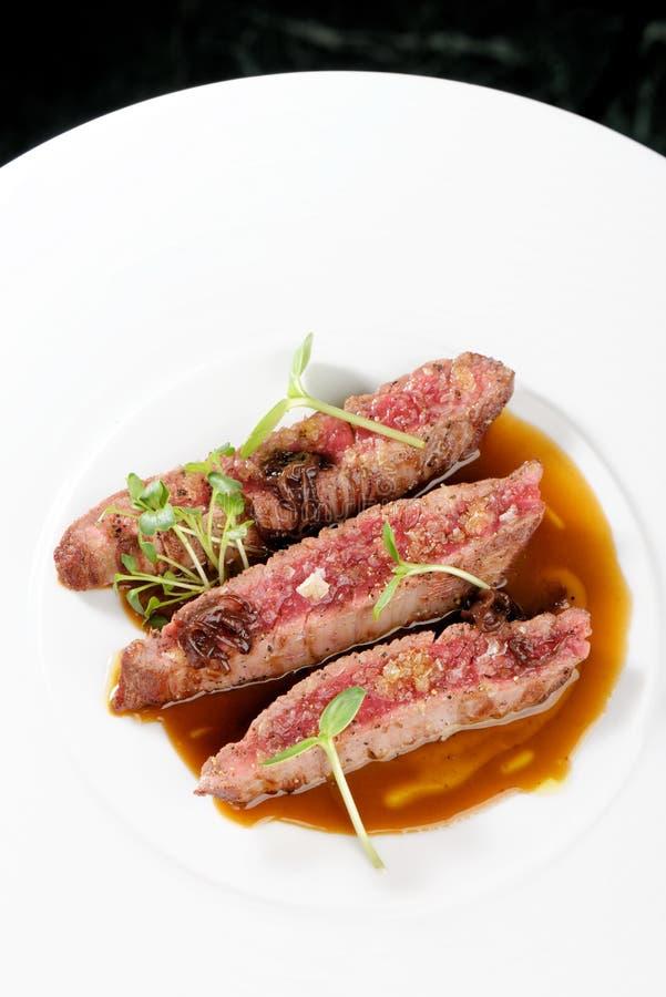 Jantar fino, faixas de Angus Beef Steak com tomate Roasted imagens de stock