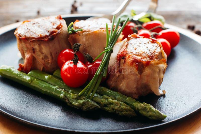 Jantar Meaty do feriado em uma tabela de madeira imagem de stock