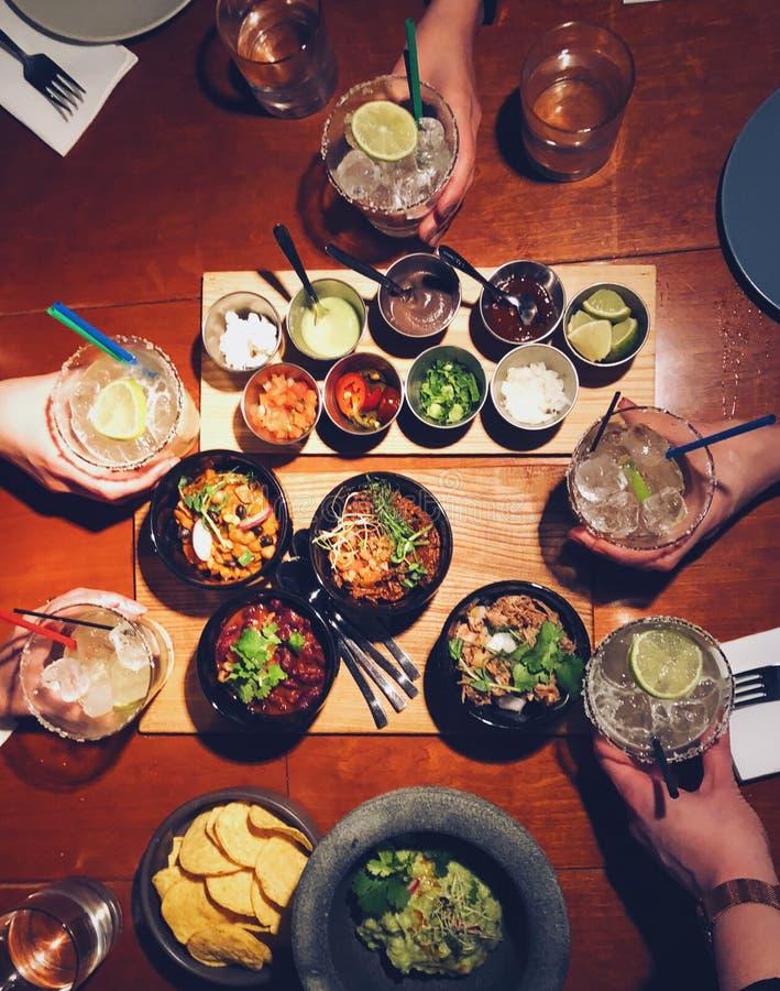 Jantar mexicano com amigos fotos de stock