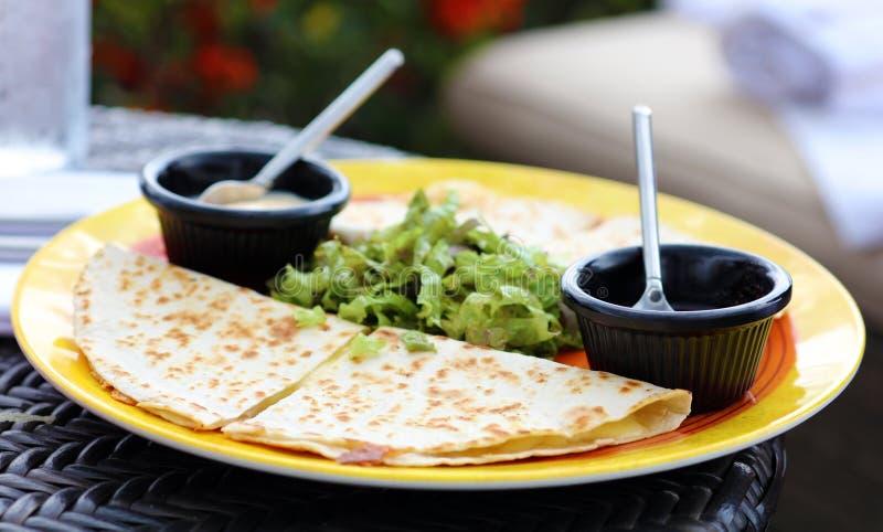 Jantar mexicano dos quesadillas com bife e queso da galinha imagem de stock