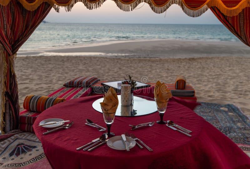 Jantar na praia Dubai, UAE fotos de stock