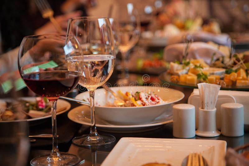 Jantar na tabela de banquete imagem de stock royalty free