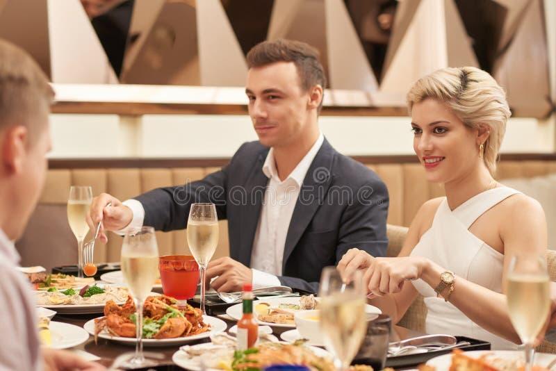 Jantar no restaurante foto de stock