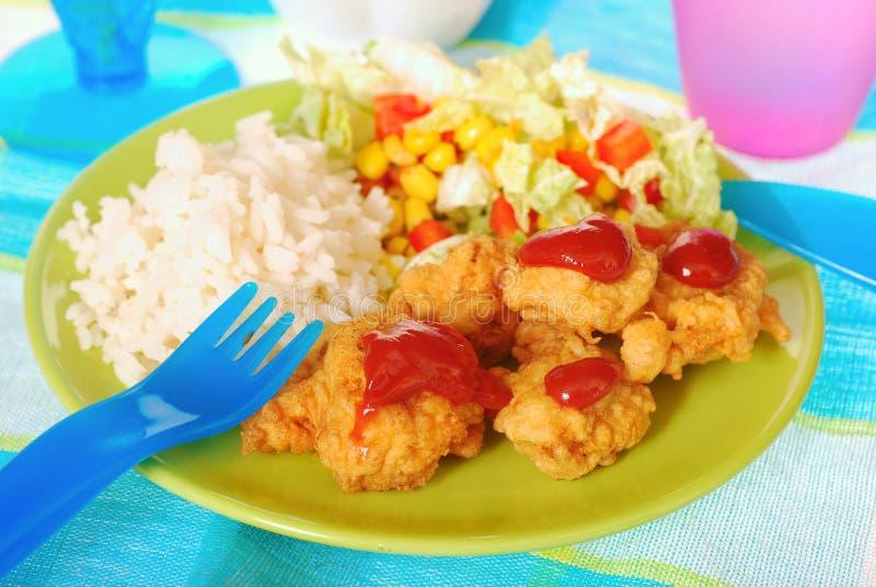 Jantar para a criança com pepitas de galinha foto de stock royalty free