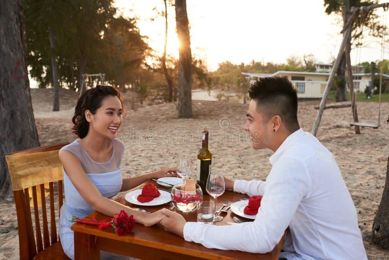 Jantar romântico do por do sol imagem de stock