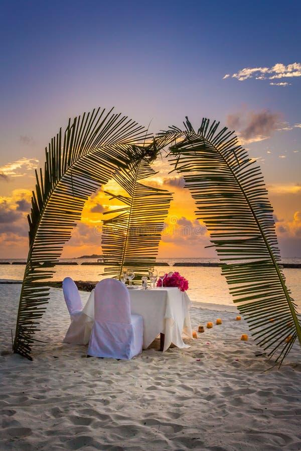Jantar romântico na praia imagens de stock