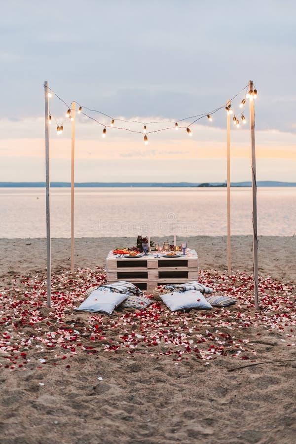 Jantar romântico no conceito da praia fotos de stock royalty free