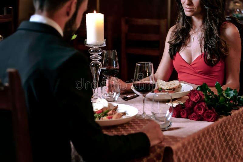 Jantar romântico no restaurante foto de stock
