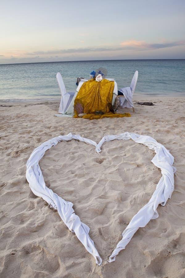 Jantar romântico para dois na praia imagens de stock royalty free