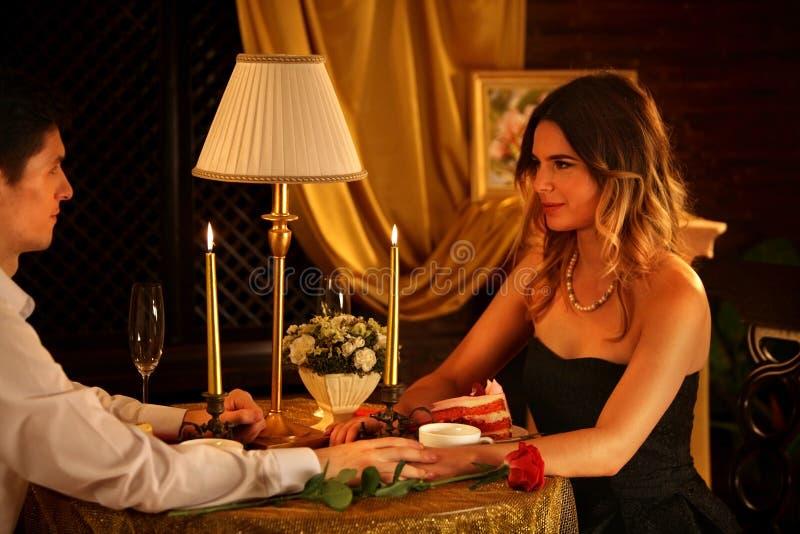 Jantar romântico para pares Luz de vela interior do restaurante para a data romântica fotografia de stock