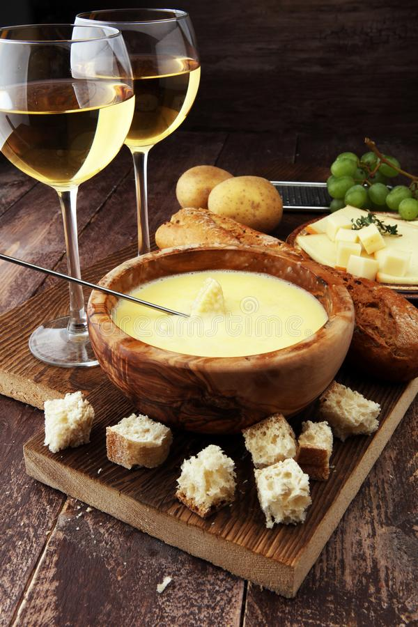 Jantar suíço gourmet do fondue em uma noite do inverno com ch sortido imagem de stock