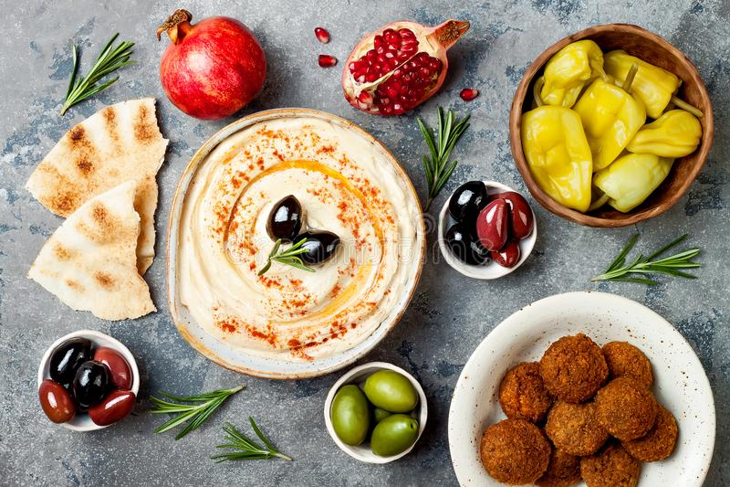 Jantar tradicional do Oriente Médio Culinária árabe autêntica Alimento do partido de Meze Vista superior, configuração lisa, aére fotos de stock