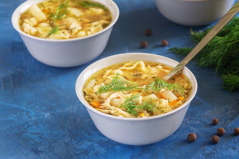 Jantar vegetal caseiro da sopa de macarronete da galinha fotografia de stock royalty free