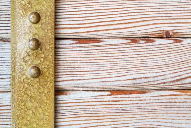 Jante en laiton de vintage, fond en bois naturel de modèle photo stock