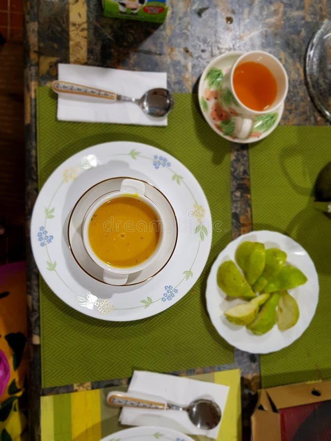 Jante o alimento fino do fruto da pera da tabela de chá da sopa do jantar foto de stock