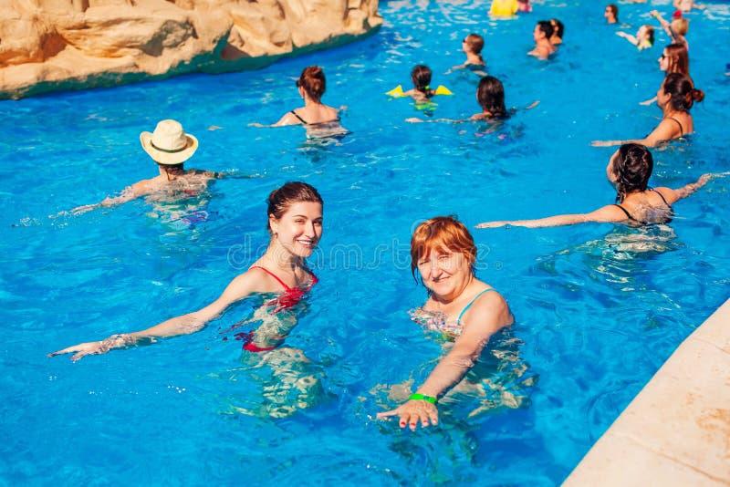 28. Januar 2019 - Ägypten, Sharm el-Sheikh Leute, die Übungen während acqua Aerobic im HotelSwimmingpool tun lizenzfreies stockbild