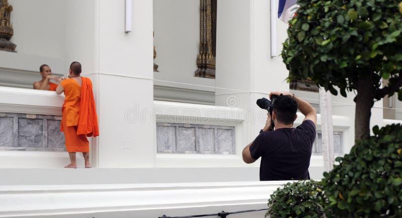 2. Januar 2019 Bangkok Thailand: Weißer heiliger Seilball auf dem Tempelboden, weißes heiliges Seil ist ein Symbol des Gebets, da lizenzfreies stockbild