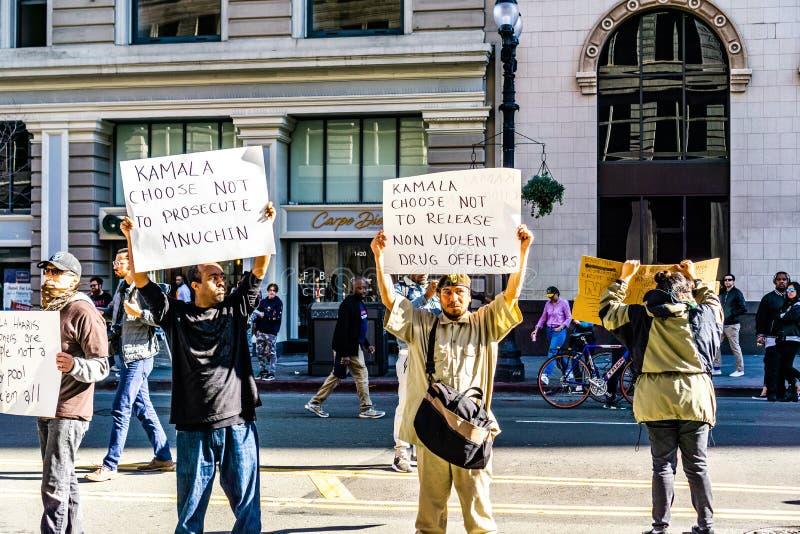 27. Januar 2019 Oakland/CA/USA - Leute, die gegen Kamala Harris an ihrer Präsidentenkampagnen-Produkteinführungs-Sammlung protest lizenzfreie stockbilder