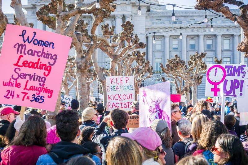 20. Januar 2018 San Francisco/CA/USA - verschiedene angehobene Zeichen am Frauen ` s März sammeln lizenzfreies stockfoto