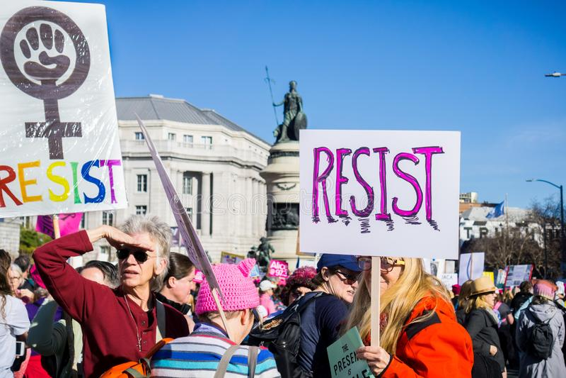 20. Januar 2018 San Francisco/CA/USA - widerstehen Sie den Zeichen, die am Frauen ` s März getragen werden stockbild