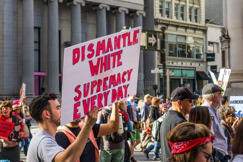 19. Januar 2019 San Francisco/CA/USA - Zeichen 'bauen Sie weißen Vorherrschafts 'des Märzes der Frauen ab stockbilder