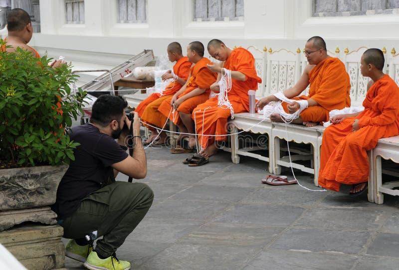 2 Januari 2019 Bangkok Thailand: De fotografen nemen foto de monniken in Wat Pho witte Heilige kabeldraad ook voorbereidden royalty-vrije stock foto's