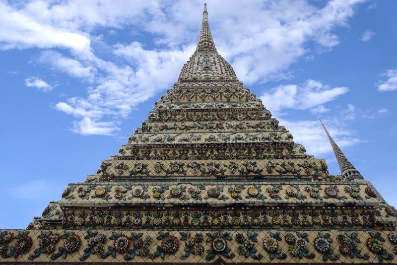 2 Januari 2019 BANGKOK THAILAND: Sluit omhoog van ingewikkelde stupa in Wat Pho-tempel, Grote pagode in Wat Phra Chettuphon Wimon stock foto's