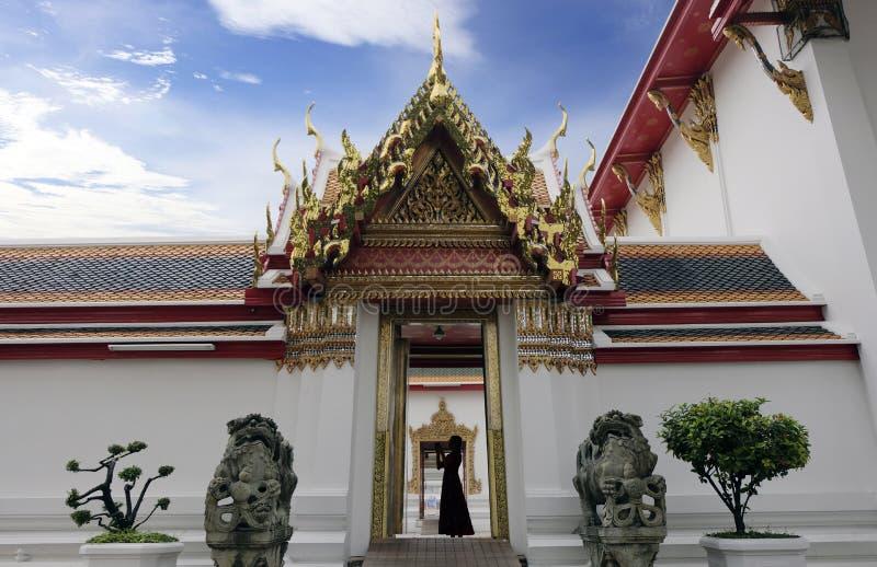 2 Januari 2019 BANGKOK THAILAND: Yttersida och Eentrance under blå himmel på den Wat Pho templet, Wimon Mangkhalaram Ratchaworama fotografering för bildbyråer