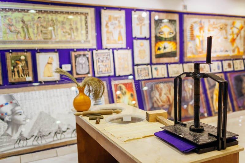 27 januari, 2019 - Egypte, Sharm el-Sheikh Papyrus schilderen getoond in opslag met apparaat voor papyrus het maken royalty-vrije stock afbeelding