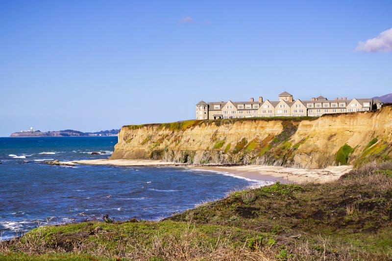 Januari 5, 2017 Half Moon Bay/CA/USA - Ritz Carlton Hotel på Stilla havetkustlinjen överst av eroderade klippor arkivbild