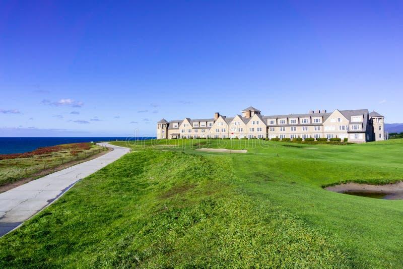Januari 5, 2017 Half Moon Bay/CA/USA - sättande gräsplan för golfbana på klipporna vid Stilla havet, Ritz Carlton Resort in arkivbild