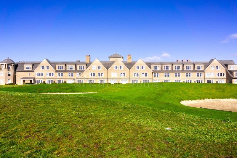 Januari 5, 2017 Half Moon Bay/CA/USA - sättande gräsplan för golfbana på klipporna vid Stilla havet, Ritz Carlton Resort in royaltyfria bilder