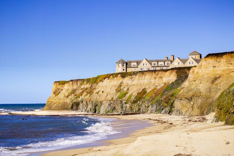 Januari 5, 2017 Half Moon Bay/CA/USA - sandig strand och Ritz Carlton Hotel på Stilla havetkustlinjen arkivbilder
