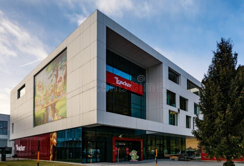 4 januari 2019, Heinfels Oostenrijk: De beroemde Loacker-van de snackfabriek en afzet opslag stock foto's