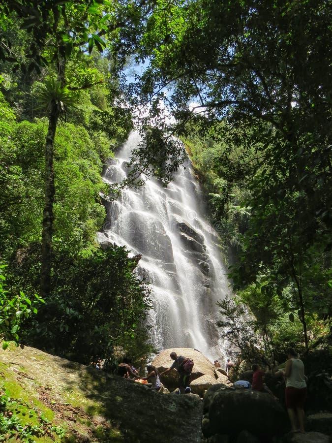 Januari 7, 2016, Itatiaia, Rio de Janeiro, Brasilien, Véu da Noiva vattenfall i den Itatiaia nationalparken royaltyfri foto