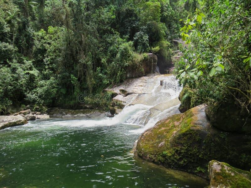 7 januari, 2016, Itatiaia, Rio de Janeiro, Brazilië, Itaporani-Waterval in het midden van het bos van het Nationale Park van Itat stock afbeeldingen
