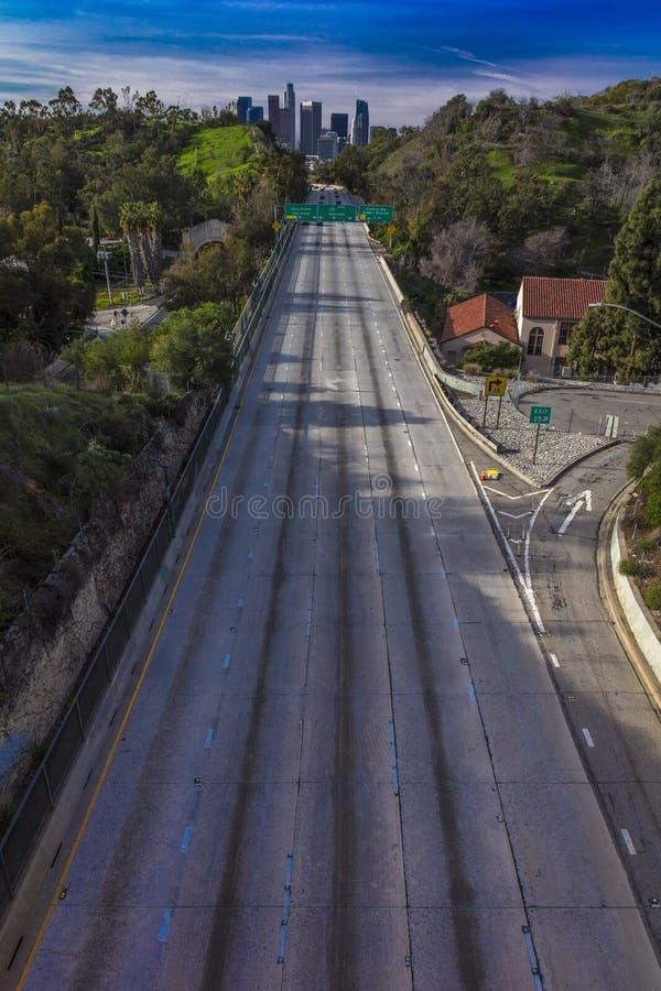 20 JANUARI, 2019, LOS ANGELES, CA, de V.S. - de Snelweg van Pasadena (het Brede rijweg met mooi aangelegd landschap van Arroyo Se stock foto