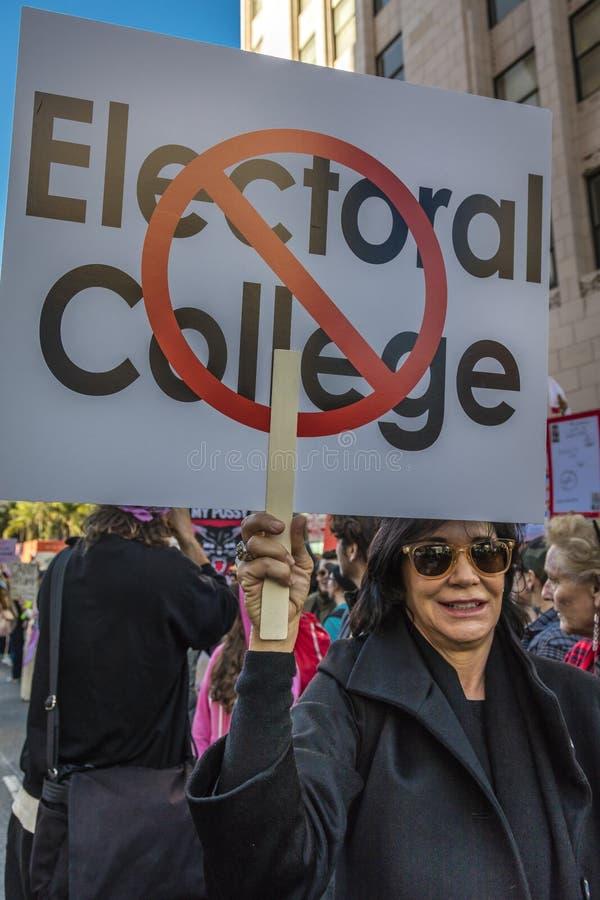 JANUARI 21, 2017, LOS ANGELES, CA 750.000 deltar i kvinnors mars, aktivister som protesterar Donald J Trumf i den största natione royaltyfria bilder