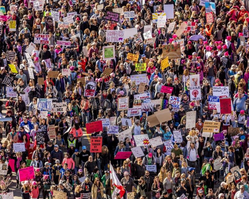 JANUARI 21, 2017, LOS ANGELES, CA Den flyg- sikten av 750.000 deltar i kvinnors mars, aktivister som protesterar Donald J Trumf i royaltyfri bild