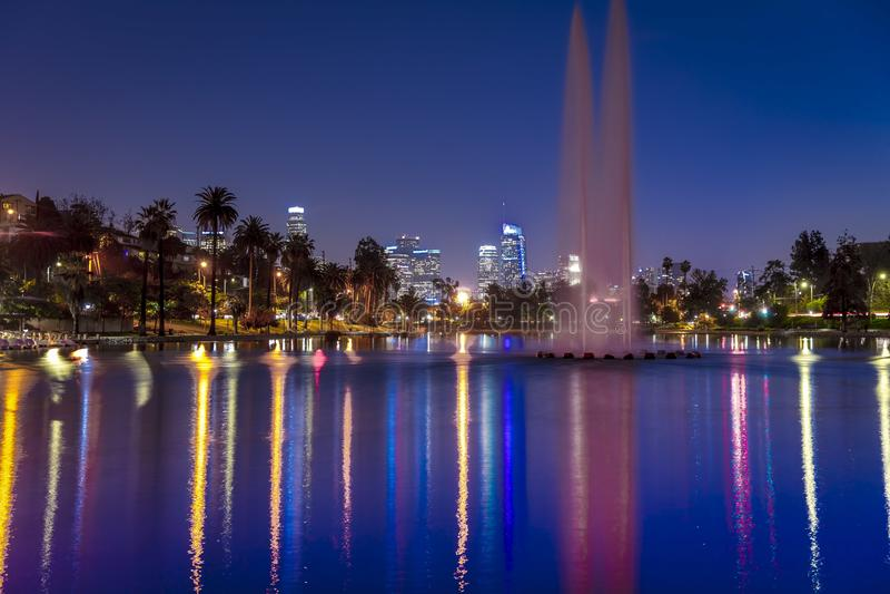 18 JANUARI, 2019 - LOS ANGELES, CALIFORNIË, de V.S. - Echo Park, Los Angeles, Californië kenmerkt fontein en waterbezinningen van royalty-vrije stock afbeelding