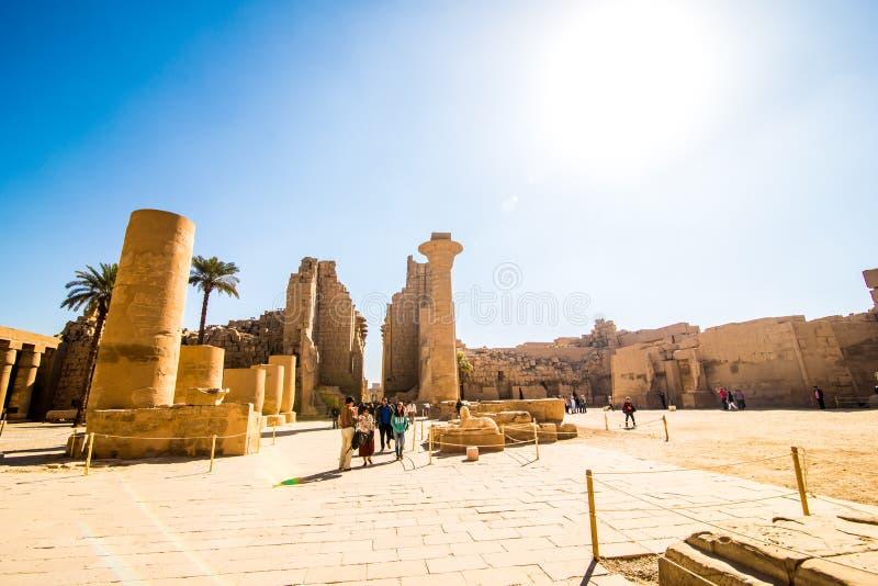 Januari, 2018 - Luxor, Egypte Grote Hypostyle Zaal en wolken bij de Tempels van Karnak oude Thebes Luxor, Egypte stock fotografie