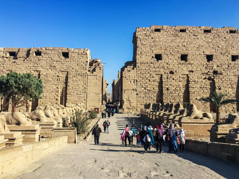Januari 2019, Luxor, Egypte Mensen die naar de Karnax-tempel in Luxor gaan Steeg van sfinxen stock afbeelding