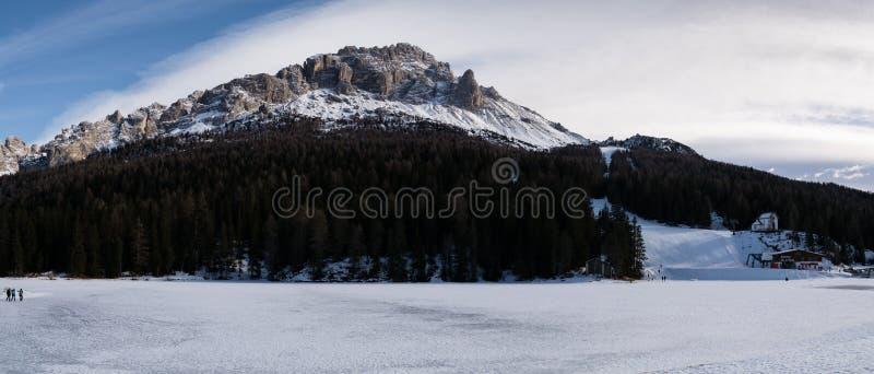 4 januari 2019 Misurina, Italien landskap av den med is Misurina sjön royaltyfri bild