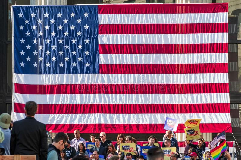 27 januari, 2019 Oakland/CA/de V.S. - Grote Amerikaanse vlag in Kamala Harris voor President Campaign Launch Rally stock foto