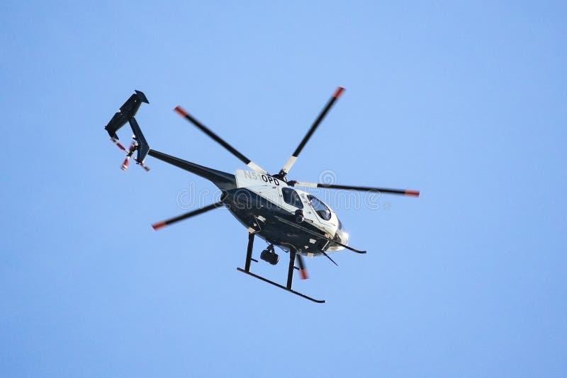 27 januari, 2019 Oakland/CA/de V.S. - de helikopter die van de de Politieafdeling OPD van Oakland hoog in de hemel hangen stock afbeelding