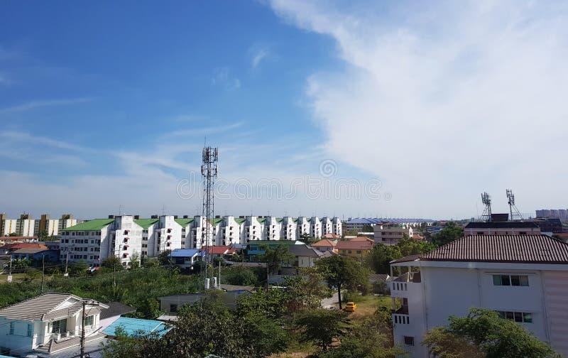 5 Januari 2019 Pathum Thani Thailand: Cityscape en de bouw van stad in witte wolken Pathum Thani is de dichtbevolkte stad van stock afbeelding